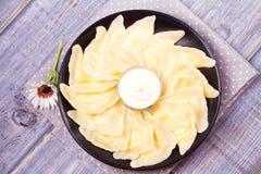 Piatto ucraino, russo o polacco: varenyky, vareniki, pierogi, pyrohy Gnocchi, riempiti di formaggio dell'agricoltore della ricott Immagini Stock