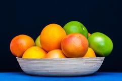 Piatto variopinto in pieno degli agrumi Arance, pompelmi Fotografia Stock