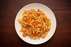 Piatto vegetariano delizioso con pasta su fondo di legno Immagine Stock Libera da Diritti