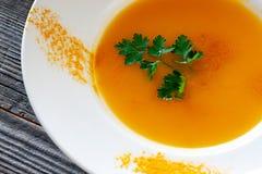Piatto vegetariano Minestra della zucca con le carote, cipolle, aglio, oliv immagine stock