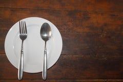 Piatto vuoto con il cucchiaio e la forchetta Fotografia Stock