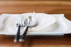 Piatto vuoto del dolce lasciato soltanto la copertura dell'argenteria e del vassoio con fotografia stock