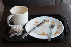 Piatto vuoto dopo alimento sulla tavola fotografia stock