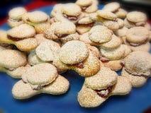 Piatto zuccherato dolce dei biscotti dei biscotti di festa di Natale di pasticceria bianca Fotografia Stock Libera da Diritti
