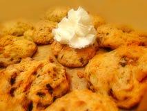 Piatto zuccherato dolce dei biscotti dei biscotti di festa di pasticceria e di panna montata bianca Immagini Stock
