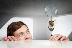 Piaulement d'homme d'affaires de dessous la table Media mélangé Image stock
