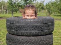 Piaulements vilains de fille hors des pneus images stock