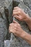 Piaztechnik em uma escala da rocha foto de stock