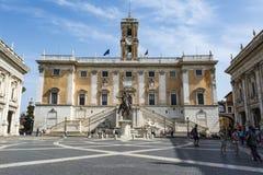 Piazza的在Capitoline小山和Palazzo Senatorio,罗马,意大利顶部的del Campidoglio游人 免版税库存照片