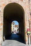 Piazza的del Anfiteatro拱道在卢卡 库存图片