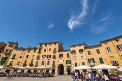 Piazza Anfiteatro - Lucca Tuscany Italien Royaltyfri Bild