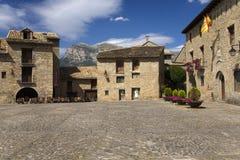 Piazza-Bürgermeister, in Ainsa, in Huesca, in Spanien in Pyrenäen-Bergen, in einer alten ummauerten Stadt mit Gipfelansichten von Stockfoto