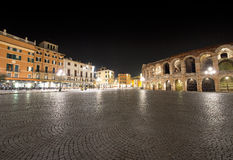 Piazza Bustehouder en Arena 's nachts - Verona Italië Royalty-vrije Stock Fotografie