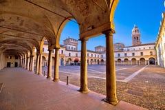 Piazza Castello i Mantova arkitektursikt royaltyfri bild