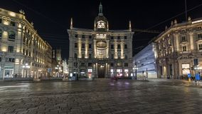 Piazza Cordusio is een belangrijk commercieel vierkant in de stadsnacht timelapse hyperlapse stock video