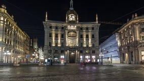 Piazza Cordusio is een belangrijk commercieel vierkant in de stadsnacht timelapse hyperlapse stock videobeelden