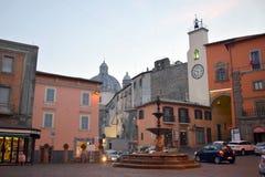 Piazza de fontein van Vittorio Emanuele en klok, Montefiascone, Viterbo, Italië stock foto