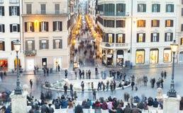 Piazza de Spagna con molti turisti nella città di Roma, Italia Foto lunga di esposizione Immagini Stock