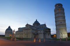 Piazza dei Miracoli bij schemer, Pisa, Toscanië, Italië Stock Fotografie