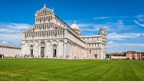 Piazza dei Miracoli complex met de leunende toren van Pisa, Italië stock foto's