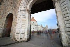 Piazza dei Miracoli widzieć od drzwi miasto ściany Pisa zdjęcia stock