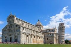 Piazza dei Miracoli z oparty wierza Pisa Maria Assunta i Katedralny Santa, Tuscany, Włochy zdjęcia stock