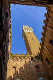 Piazza del园地是锡耶纳大广场有在Palazzo Pubblico的看法 免版税库存照片