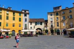 Piazza del Anfiteatro在卢卡,托斯卡纳,意大利 图库摄影