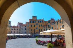 Piazza del Anfiteatro在卢卡,托斯卡纳,意大利 免版税库存图片