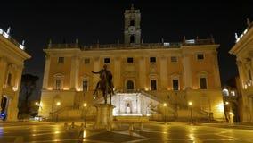 Piazza del Campidoglio noche Ventanas viejas hermosas en Roma (Italia) almacen de metraje de vídeo