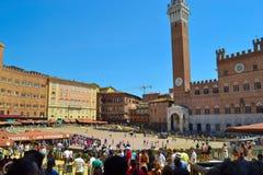 Piazza del Campo con el ayuntamiento de Palazzo Pubblico y Torre fotos de archivo