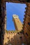 Piazza del Campo es la plaza principal de Siena con la opinión sobre Palazzo Pubblico Foto de archivo libre de regalías