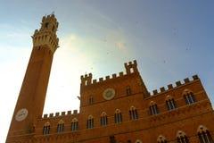 Piazza del Campo es la plaza principal de Siena con la opinión sobre Palazzo Pubblico Fotografía de archivo