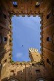 Piazza Del Campo ist der Hauptplatz von Siena mit Ansicht über Palazzo Pubblico Stockfotografie