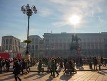 Piazza del Duomo在与很多人走的一个晴天 免版税库存照片