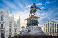 Piazza del Duomo, Μιλάνο, Ιταλία Ιππικό μνημείο στο βασιλιά Vittorio Emmanuele ΙΙ στην αυγή Στοκ Φωτογραφία
