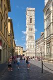 Piazza Del Duomo in Florenz mit Blick auf den Glockenturm durch Giotto Lizenzfreie Stockfotos