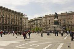 Piazza del Duomo fyrkant i Milan, monument som gör till kung Victor Emmanuel II Fotografering för Bildbyråer