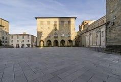 Piazza del Duomo i Pistoia och Palazzoen del Comune utan folk, Tuscany, Italien arkivfoto