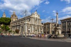 Piazza del Duomo med domkyrkan av Santa Agatha och elefanten skulpterar springbrunnen - Catania, Sicilien, Italien Arkivfoto