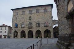 Piazza del Duomo, med Palazzoen del Comune columned korridor hungary för byggnadsstad Kommunalt museum av Pistoia tuscany italy Arkivbilder