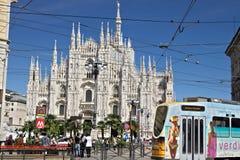Piazza del Duomo in Milaan met mensen en trams De voorgevel van t stock afbeeldingen