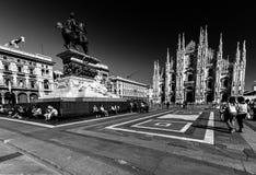 Piazza del Duomo a Milano, Italia, con molta gente in  fotografia stock libera da diritti
