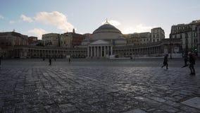 Piazza del Plebiscito à Naples au coucher du soleil - inclinaison banque de vidéos