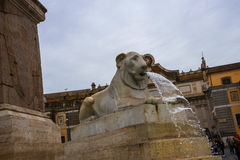 Piazza del Popolo är en stor stads- fyrkant i Rome Italien Namnet i modern italienare betyder formligen fyrkanten för `-folk` s Royaltyfria Bilder