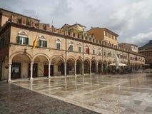 Piazza del Popolo en Ascoli Piceno, Italia Imagenes de archivo