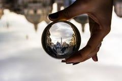 Piazza del Popolo a Roma, Italia con le nuvole drammatiche attraverso la sfera di vetro Immagine Stock Libera da Diritti