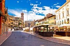 Piazza delle erbe in de straat van Verona en marktmening royalty-vrije stock afbeelding