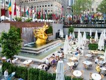 Piazza in der Rockefeller-Mitte mit der Statue von PROMETHEUS Stockfotografie