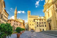 Piazza di San Firenze fyrkant med Chiesa San Filippo Neri, Badia Fiorentina Monastero katolsk kyrka i Florence royaltyfri fotografi
